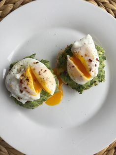 [Homemade] avocado toast with poached eggs Food Recipes Think Food, I Love Food, Good Food, Yummy Food, Tasty, Healthy Snacks, Healthy Eating, Healthy Recipes, Quick Recipes