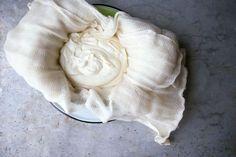 Mascarpone je jemný, krémový čerstvý syr vyrábaný zo smotany pôsobením kyseliny vínnej bez odstraňovania srvátky. Pochádza z Lombardie, dnes sa však vyrába po celom Taliansku. Mascarpone asi väčšina z nás využíva pri príprave dezertov. Je skvelé do krémov, ako našľahaná zmrzlina, osladené s medom ho môžete podávať len tak s ovocím, ale naplníte ním aj ravioly. Mascarpone si jednoducho miesto