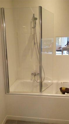 Gekozen bad-douche combinatie met glazen wandpanelen (boven)