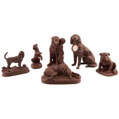 LOTE DE SEIS FIGURAS DE PERROS Lote compuesto por seis perros. Diferentes materiales: pasta, metal, etc. Uno de ellos es una relojera con reloj de bolsillo. Diferentes medidas. S. XX.