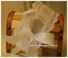 Tocado niña comunion-ceremonia Fascinator girl ceremony Communion, Hair Bows, Headbands, Hair Accessories, Girly, Diy Projects, Diy Crafts, Flowers, Hands