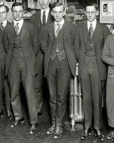 1919 - A really good view of usual American suits Edwardian Fashion, Vintage Fashion, 1920s Fashion Male, 1920s Suits, 1920 Men, La Mode Masculine, Classic Suit, Vintage Photographs, 1920s Photos