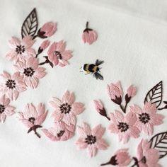 刺繍で桜と蜜蜂。  横浜も週末は満開かな。街が淡いピンクに包まれて、本当に気持ちがいい。  ・