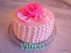 Um jeito fácil e diferente de cobrir o bolo, que vai ficar lindo e delicioso!!! Para fazer esta decoração você vai precisar de: saco de confeitar bico perle - eu usei o 12 uma espátula pequena...