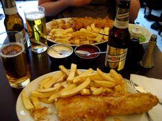 イギリスで有名なフィッシュアンドチップス、白身のお魚を油で揚げた、イギリスが誇る一品です。しかし、お食事に関してあまり評判ではないイギリス、冷凍を温めただけのものなどもあり、かなりの格差が生じているのも確かなようです。ロンドンではそんな事にならないように、カリッカリで熱々のフィッシュアンドチップスが頂ける、お店をご紹介いたします。お店の前に行列ができる美味しいフィッシュアンドチップスをぜひ食べてみて下さい!もしかして、今までのイギリスに対しての評価も変わるかも?