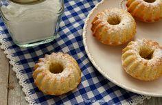 Le ciambelline soffici al limone sono dei dolcetti monoporzione dal sapore delicato, semplici e veloci da preparare, senza burro e adatte per la merenda.