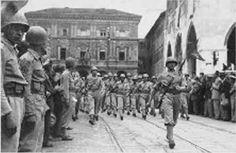 Oficiais do Comando do 1º RI encabeçando o desfile da unidade, em Piacenza, em comemoração à vitória das Forças Aliadas na Itália. Ao centro, o Cap. Thomaz Castello Branco.