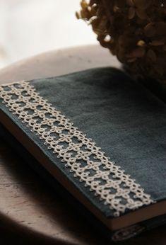 love the tatted applique on the chambray book cover ~ リネンとタティングレースのブックカバー|kinari タティングレース てしごと日記