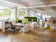 Akustik Büroplanung von Febrü: Open Space Büros können durch unterschiedliche Zonierungen Akustisch optimiert werden. Ein elektromotorisch höhenverstellbarer Schreibtisch sorgt für Entlastung im Rücken.