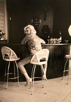 Marilyn Monroe at Tim Leimert's house during a photo shoot with George Barris, June-July Marilyn Monroe Makeup, Marilyn Monroe 1962, Marilyn Monroe Costume, Marilyn Monroe Quotes, Old Hollywood Stars, Classic Hollywood, Marilyn Monroe Cuadros, Magazine Cosmopolitan, Believe