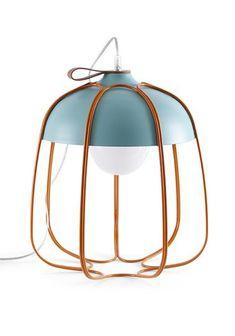 Tull est une lampe dessiné par Tommaso Caldera. Disponible en deux modèles, table / sol ou en suspension et en plusieurs coloris. Son design est une réinterprétation contemporaine des vieilles lampes des  ateliers.