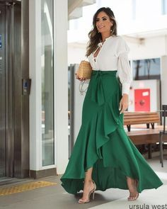 32 Street Style Looks Glam Dresses, Elegant Dresses, Casual Dresses, Amazing Dresses, Hijab Fashion, Girl Fashion, Fashion Dresses, Fashion Bags, Skirt Outfits