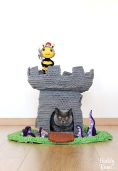 Crochet instructions for t-shirt yarn cat castle house. A castle fit for your furry Queen or King! Crochet Cat Toys, Crochet Patterns Amigurumi, Crochet Home, Cute Crochet, Crochet Animals, Cat Castle, Castle House, Cat Couch, Slip Stitch Crochet
