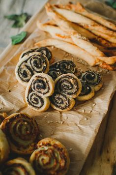 feuilletes aperitif Bread, Cookies, Desserts, Food, Parfait, Sundried Tomato Pesto, Salmon And Creme Cheese, Savoury Biscuits, Eating Well