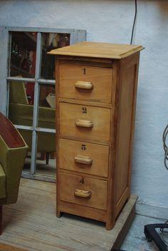 Colonne en bois à tiroirs par le Marchand d'Oublis