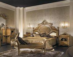 une chambre à coucher baroque décorée de motifs dorés