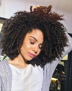 Boooom dia, gente! 🎉 O vídeo de hoje sai as 12h00, não esquece! E amanhã é o aniversário oficial de 5 anos do Apenas Ana, tô pensando em fazer uma transmissão ao vivo pra gente comemorar e papear juntas! O que acham? 🎂❤ #VoltandoAosCachos #AnaTodoDia #ApenasAna5anos Deva Cut, Natural Hair Styles, Instagram Posts, Vivo, Hair, 5 Years, Style