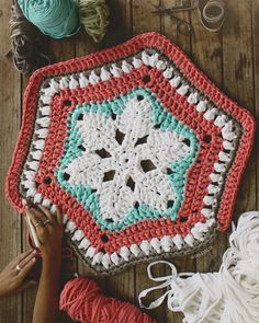 Rug with flower in the Center and lace with hexagonal shape. Crochet Birds, Crochet Mandala, Crochet Bear, Crochet Motif, Crochet Toys, Crochet Patterns, Hexagon Crochet, Crochet Animals, Crochet Carpet