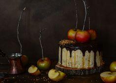 Tarta de chocolate y manzanas con salsa de caramelo. ¡Happy Halloween!