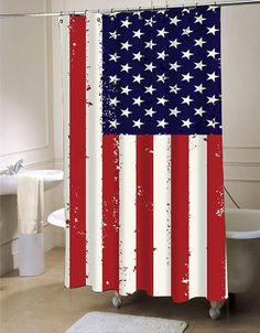 Amerykanie lubią eksponować swoją flagę. Nie ma znaczenia w którym miejscu. Czy jest to teren posesji, samochody, czy jak widać, nawet łazienki. Taka zasłonka przy wannie zdecydowanie się sprawdzi, gdy nie mieszkamy sami lub po prostu… nie chcemy zalać całego pomieszczenia. Przywiązanie do własnych barw to piękna cecha, która kultywowana jest w tym kraju od dziesiątek lat. #usa #ameryka #kultura #łazienka #toaleta #flaga #wanna #umywalka #styl #dom ##zasłona ##prysznicowa