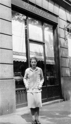 Louise Bourgeois 1929 devant la galerie de ses parents a Paris. Source Telegraph