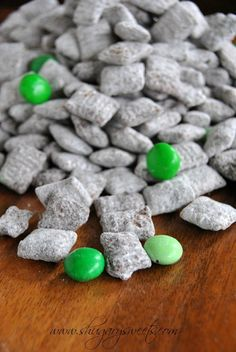 Thin Mint Puppy chow: this recipe for puppy chow tastes like the popular Thin Mint Cookies #girlscoutcookies #thinmints www.shugarysweets.com