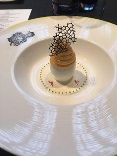 土曜日のランチは豪華に。恵比寿の「ロブション」。この卵を使った前菜の美しさ。これはアワビ。
