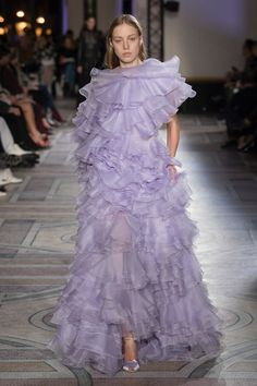 Giambattista Valli Spring 2018 Couture collection, runway looks, beauty, models, and reviews.