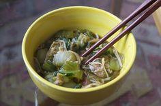 """Nora hat sich diese Woche durch die Welt der """"Analogkäse"""" geschlemmt. Aber da sie darüber noch selbst berichten wird, himmeln wir so lange ihr Mittagessen an: Pak Choi mit diesen lustigen asiatischen Minipilzen (wie heißen die nochmal?). http://voras-vegan-way.blogspot.co.at/2013/02/vegan-wednesday-28.html"""