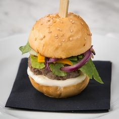 A hamburger that's 7 cm tall, complete with cheese, mayo and so much deliciousness! We've got the secrets (and the step-by-step recipe) from the New York Masterchef himself.