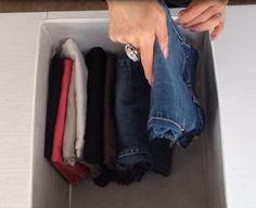 Alcuni tipi di pantolone, specialmente quelli sportivi, posso essere riposti negli armadi ripiegati, senza stropicciarsi, possibilmente in maniera compatta e verticale, per occupare meno spazio ed …