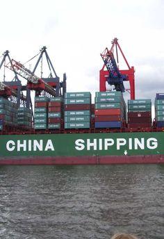 El comercio exterior chino se reduce en 2016 y arroja dudas sobre este año  El comercio exterior chino bajó en 2016 por segundo año consecutivo, con un recorte del 0,9% y una reducción del 9,1% en su superávit, y la debilidad y la posibilidad de una guerra comercial con EEUU arrojan dudas sobre su rumbo en 2017.  El volumen total del comercio chino contabilizado en yuanes ascendió a 24,33 billones de yuanes (3,33 billones de euros, 3,53 billones de dólares), indicaron las cifras anuales…