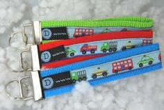 ...für kleine und große Kinder...  ein Schlüsselband mit Motiven von:  Laster, Taxi, Polizei, Bus, Feuerwehr - in den Farben rot, blau und grün...