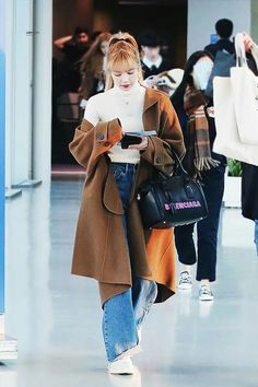 Lisa Airport Fashion - Long Brown Coat - Source by annabadry - Blackpink Outfits, Tumblr Outfits, Kpop Fashion Outfits, Korean Outfits, Casual Outfits, Airport Outfits, Modest Outfits, Blackpink Fashion, Asian Fashion