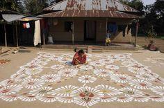 Pátio simples, mas de dar inveja até nas melhores pessoas. Os desenhos são chamados de Rangoli e são feitos especialmente para o festival indiano de Makar Sankaranti. A foto é de Arindam Dey. @gphaus #gphaus #rangoli #desenho #picture #drawing #india #arte #art #design #designer #craft #patio #arquitetura #architecture #people #city #citylife #cidade #decor #decoracao #decoration #archilovers #interiores #interiordesign #designdeinteriores #culture #cultura #cool #instagram #instagood