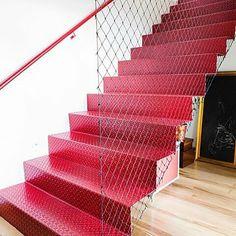 #Repost @sitecasaaberta with @repostapp ・・・ Imagina morar num prédio com escadas vermelhas?! ❤️ #daportapradentroiz
