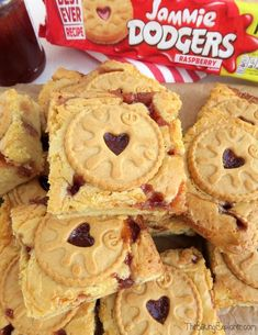 Yummy white chocolate Jammie Dodger Blondies with biscuits and strawberry jam! An easy traybake recipe, great for parties and bake sales. Yummy white chocolate blondies swirled with jam and decorated with Jammie Dodger biscuits Tray Bake Recipes, Brownie Recipes, Baking Recipes, Cake Recipes, Dessert Recipes, Baking Ideas, Traybake Cake, Blondie Dessert, White Chocolate Blondies