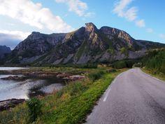 Rodovia 815, atravessando o arquipélago de Lofoten, condado de Nordland, Noruega.  Fotografia: Rheins.