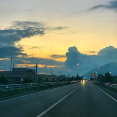 Sulla #strada direzione #paradiso vado verso quel #tramonto la giù #beautiful #sunset #clouds #sky #follow #followme #amazing #picture #wow #streetstyle #streetart #street #car