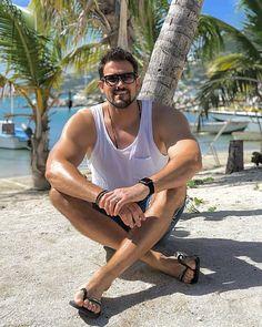 Flip Flop Moves hola amigo que elegante es usted saludos Men Looks, Mens Beach Shoes, Scruffy Men, Barefoot Men, Mens Flip Flops, Elegant Man, Male Feet, Mens Clothing Styles, Photography Tutorials
