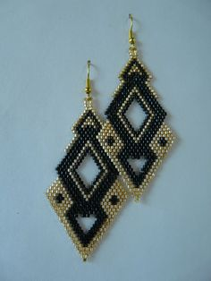 "in weaving Brick Stitch pattern ""Rhombuses refined"" gold . Seed Bead Jewelry, Bead Jewellery, Seed Bead Earrings, Beaded Jewelry, Seed Beads, Beaded Tassel Earrings, Jewelry Patterns, Beading Patterns, Bead Earrings"