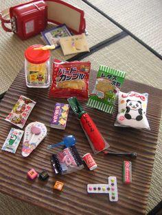 駄菓子 学校の帰り道・・・・買い食い禁止だったけど 買いませんでしたか? 昔懐かしい駄菓子・・・ テーブルの上に並べてみました。 この食玩は2箱分です。(これは2箱で打ち止めしました)