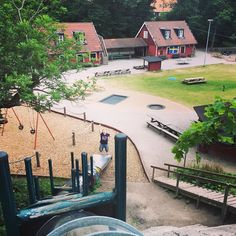 #leikkipuistoturisti Tukholmassa #storablecktornsparken | . Osoite: Katarina Bangata 80 Tukholma (Södermalm) . Sympaattinen aitaamaton puistoalue jossa asustaa myös kotieläimiä. Leikkivälineitä isoille ja pienemmille. . Suosikki: Iso putkiliukumäki . #leikkipuistot #playground #leikkipuisto #lastenkanssa #leikit  #hiekkalaatikolla #puistossa #park #södermalm #stockholm
