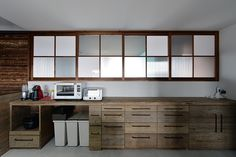 種類の違うポリカーボートネートをはめ込んだ室内窓のアイデアがユニーク。足場板の古材で造作したカウンター収納は、使い込まれた感がいい感じ。 Internal Sliding Doors, Japanese Modern, Interior Windows, Cafe Style, Windows And Doors, Cupboard, Interior Inspiration, Kitchen Dining, Furniture Design