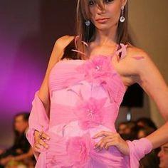 Trajes de Noche – Leonardo De Armas One Shoulder, Couture, Formal Dresses, Fashion, Weapons Guns, Evening Outfits, Dresses For Formal, Moda, Formal Gowns
