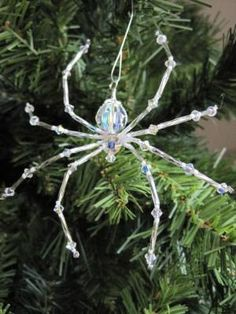 Ukrainian Christmas spider ornament - pretty, but not on my Christmas tree! Christmas Spider, Christmas Fun, Xmas, Father Christmas, Christmas Bulbs, Christmas Projects, Holiday Crafts, Beaded Crafts, Wire Crafts