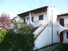 SIV361 A prezzo interessante vi proponiamo in vendita al Lido di Volano una villettina trilocale con sviluppo al primo piano in zona comoda alla pineta.
