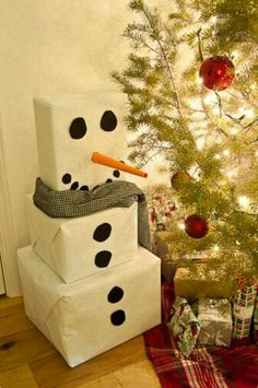 Christmas Gift Wrapping Ideas: White wrapping paper and black circles turn 3 plain boxes into an adorable snowman. You can make the circles out of black craft paper. Roll orange craft paper into a pointed tube to make the nose. Noel Christmas, Winter Christmas, All Things Christmas, Christmas Morning, Christmas Paper, Winter Fun, Winter Craft, Winter Ideas, Christmas Quotes