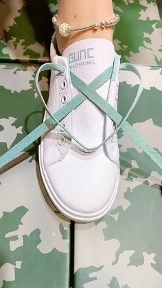 Ways To Lace Shoes, How To Tie Shoes, Ways To Tie Shoelaces, Diy Fashion Hacks, Fashion Tips, Diy Clothes And Shoes, Creative Shoes, Shoe Crafts, Cool Gifts For Women