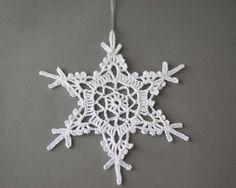 Weiße gehäkelte Schneeflocken Set aus 5 verschiedenen Christbaumschmuck. Handgefertigtem Weihnachtsschmuck mit qualitativ hochwertigen Baumwollgarn in einer Rauch- und Haustier-freien Umgebung gemacht. Die Schneeflocken sind unterschiedlich und von 4,5, 5,5 im Durchmesser